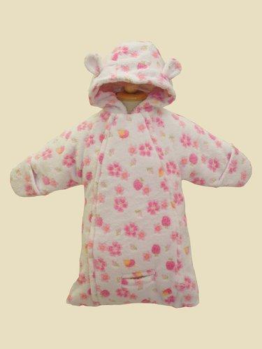Kupić Śpiworek niemowlęcy WO-33. Grubość ocieplenia 120 gram / m2, dostosowana do wymagań rynków środkowoeuropejskich może ulec zmianie na zamówienie klienta. Rękawy otwarte można odwrócić i uzyskać rękawicę chroniącą przed zimnem.