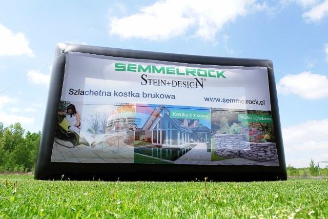 Ekran reklamowy pneumatyczny, duża i łatwa do przenoszenia powierzchnia reklamowa.