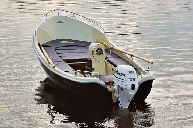 Kupić Olympia 440 classic jest małą łodzią zaprojektowana na wody śródlądowe i przybrzeżne. Wyróżnia się doskonałym hydrodynamicznym kadłubem, dużym kokpitem z obszernym rozkładanym miejscem do opalania jako wyposażenie opcjonalne.