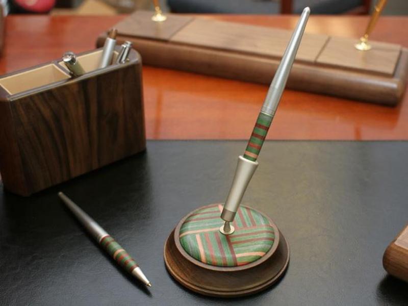 Kupić Ekskluzywny stojak z długopisem Woodessen Rainbow Derby 2 - Orzech