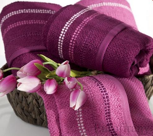 Kupić Cztery ręczniki zapakowane w gustowny kosz zwieńczony bukiecikiem z różowych tulipanów