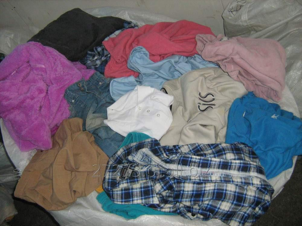 e5cc1be7de3fe2 Odzież second hand mix, modne ubrania używane letnie i zimowe, w belkach.
