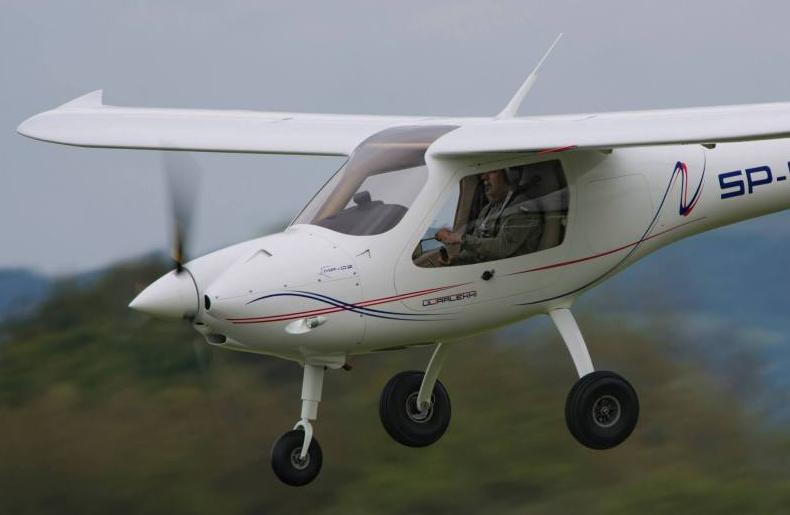 Kupić Samolot posiada przestronną kabinę o doskonałej widoczności i szerokości pozwalającej siedzieć wygodnie dwom osobom.