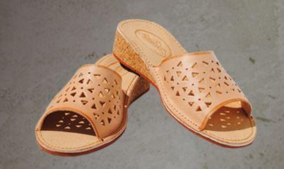 Kupić Pantofle damskie ażurowe ze skóry juchtowej. Podeszwa korkowa na wysokim klinie.