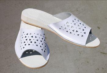 Kupić Pantofle damskie za skóry powlekanej tworzywem wodoodpornym.
