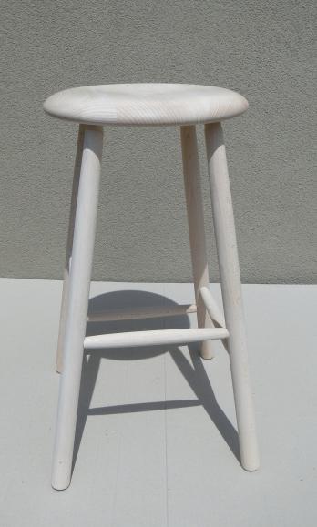 Kupić Taboret w kolorze białym wykonany z drewna.