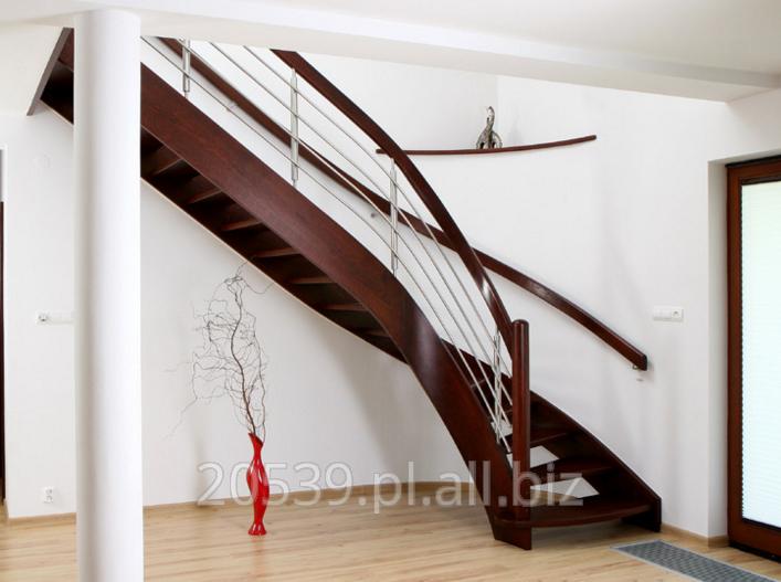 Kupić Schody gięte dębowe z drewna bejcowanego, schody kręcone w konstrukcji wangowej otwartej, poręcz ze słupkami i relingami metalowymi ze stali nierdzewnej.