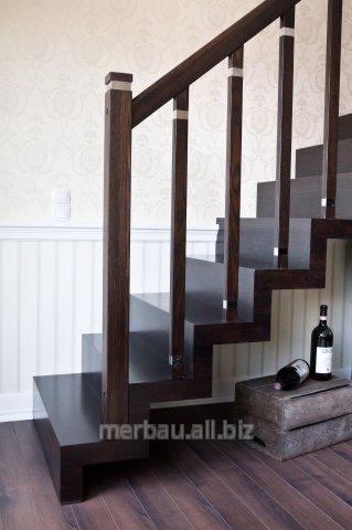 Kupić Schody dywanowe, schody drewniane pod dywan ze słupami poręczy wykończonymi metalową opaską.