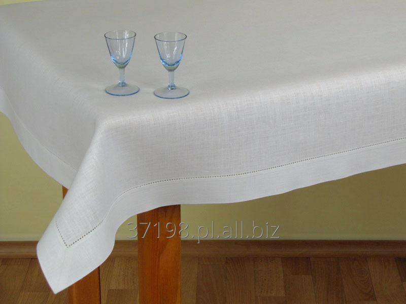 Kupić Obrus w kolorze białym wykończony plisą o szerokości 4 cm , ozdobiony mereżką wzdłuż plisy .