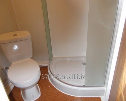 Kupić Dwuosiowa przyczepa socjalna i sypialniana wyposażona w łazienkę z prysznicem i aneks kuchenny.