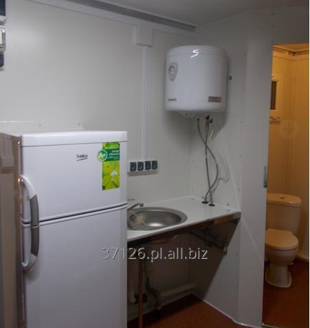 Kupić Przyczepa socjalna dwuosiowa w układzie tandem zapewniająca komfortowe warunki dla pracowników, na wyposażeniu toaleta, prysznic, lodówka, zlewozmywak i ogrzewacz wody.