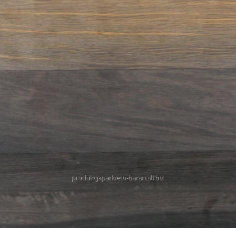 Deska na podłogę wykonana z czarnego dębu w klasie natur czyli w naturalnej barwie drewna o różnych odcieniach, szerokość 70 do 150 mm.