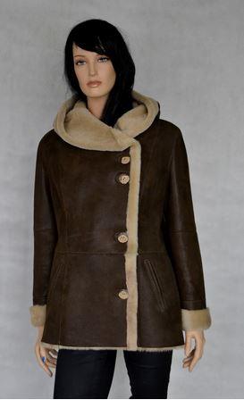 Kupić Kożuch damski z dużym kołnierzo-kapturem wykonany miękkich skór owczych uszlachetnionych folią, która imituje satynę
