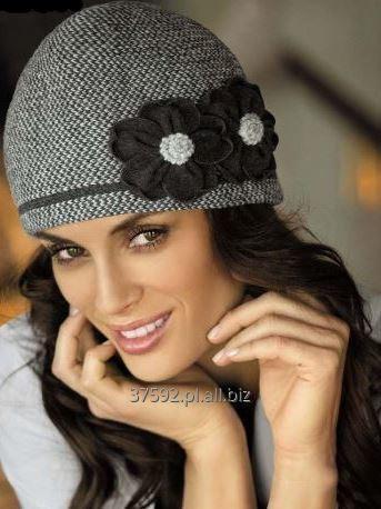 Kupić Czapka damska, model Adelaida, szeroka gama kolorystyczna, ozdobny kwiat