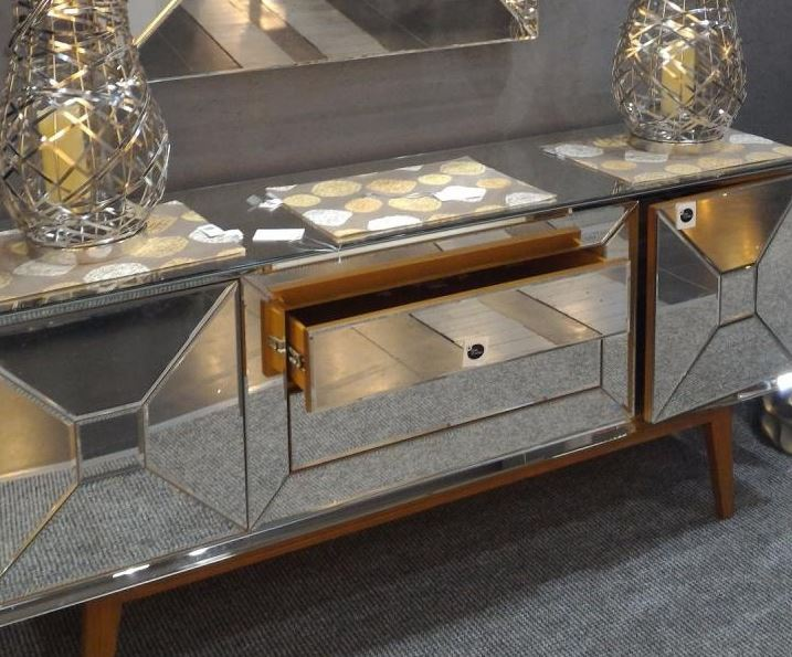 Buy Ekskluzywna komoda z lustrzanym designem na drewnianych nóżkach