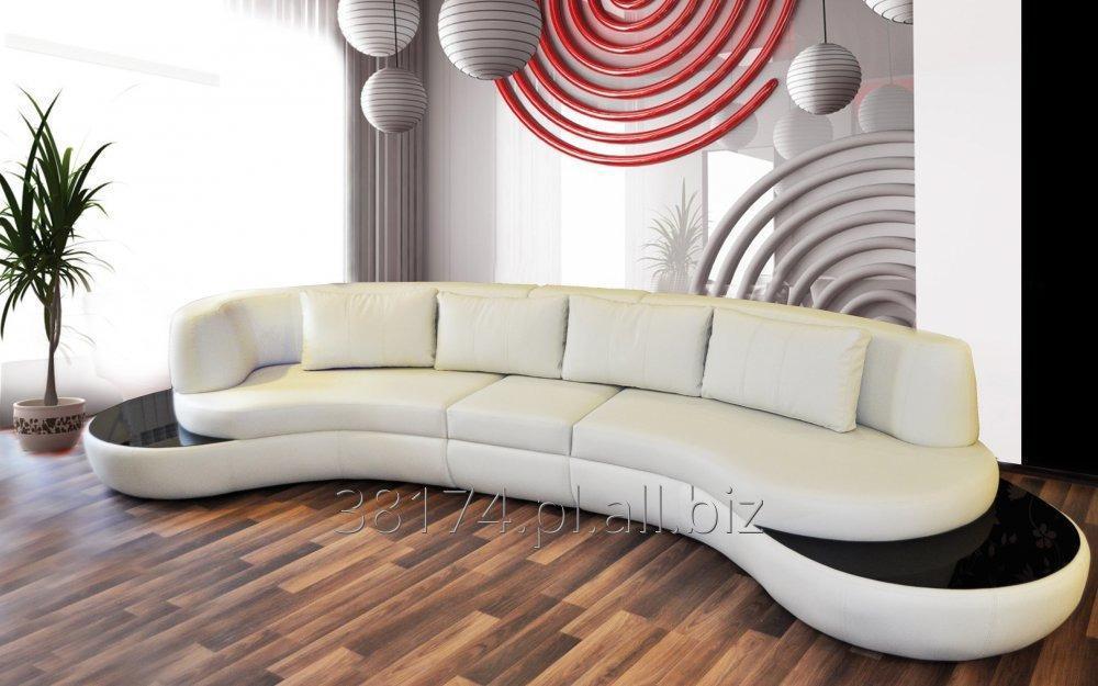 Kupić  sofa model Urbino dostępna w obiciu materiałowym, skórze naturalnej i eko skórze, dzięki zaokrąglonej konstrukcji i nietypowemu wykończeniu w drewnie lub szkle przyciąga wzrok.