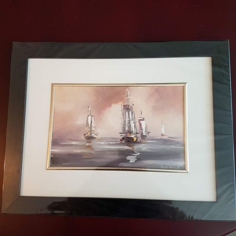 Kupić Obraz marynistyczny przedstawiający cztery żaglowce płynące po morzu na pełnych żaglach, obraz okręty utrzymany jest w ciepłych, pastelowych barwach.