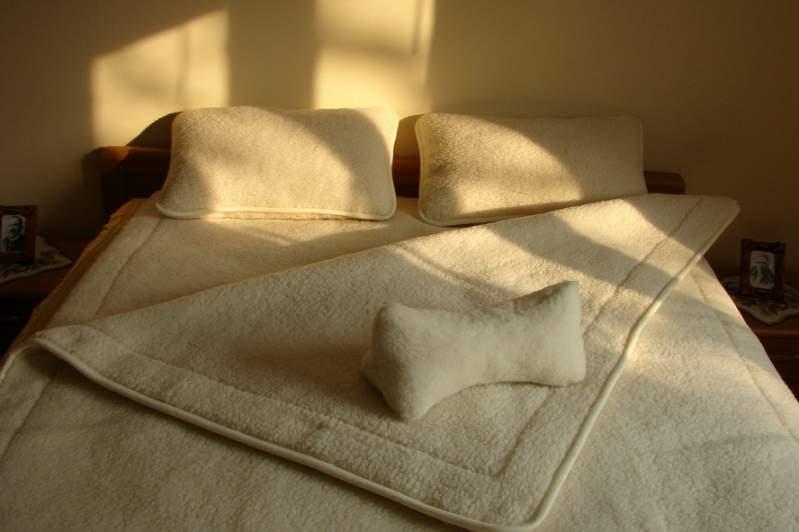 Pościel, kołdra wełniana zapewniająca komfort spania, kołdra wełniana oddycha, zapobiega przegrzaniu i poceniu się podczas snu.