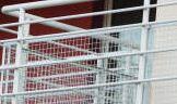 Kupić Balustrady i barierki. Do produkcji jest używana czarna stal i nierdzewna stal. Balustrady wewnętrzne i zewnętrzne, barierki i poręcze przyścienne.