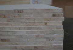 Płyta stolarska trzywarstwowa lub pięciowarstwowa z rdzeniem z drewna sosnowego laminowanego.