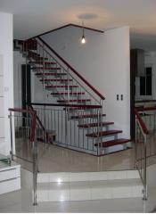 Schody na metalowej konstrukcji