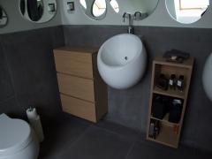 Wiszące szafki łazienkowe, wykończone naturalną