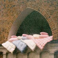 Pościel - kołdry, poduszki, z wypełnieniem z naturalnego puchu lub syntetycznym.