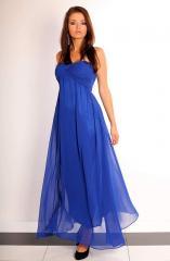 Długa suknia, zakładana na piersi, wykonana z tiulowego materiału. Prezentuje się bardzo szykownie.