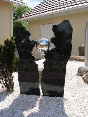 """Fontanna """"Kula w objęciach"""" granit ze stalą. PROMOCJA!"""