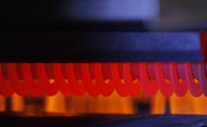 Płomieniowy grill z markerem śladów rusztu