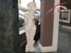 Kobieta z trawertynu