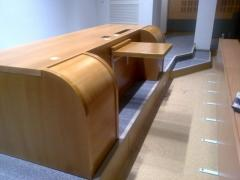 Table-barrier rostrum
