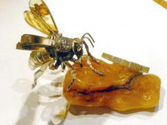 Pszczoła,figurka ze srebra i bursztynu; figurine