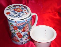 Różnorodność produktów porcelanowych.