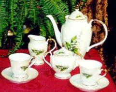 Różnorodne czajniki porcelanowe.