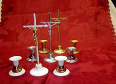 Krzyż, dwa świeczniki w rożnych wzorach i kolorach