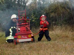Zabawki dziecięce drewniane mogą służyć jako sanki bezpieczne i wygodne różne modele dla chłopców i dziewczynek