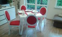 Stół biały.