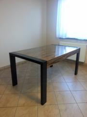 Stół lakierowany wysoki połysk.
