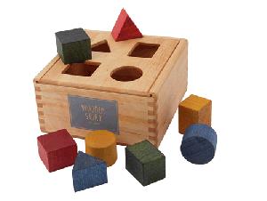 Drewniana skrzynka z figurami geometrycznymi