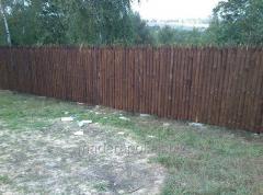 Płoty i ogrodzenia z pali drewnianych.
