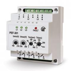 Relay for switching phases