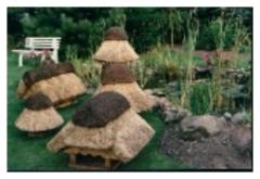 Domki dla ptaków  z daszkiem pokrytym trzciną