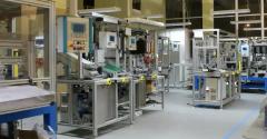 Stanowiska montażowe projektowane przez firmę Automationstechnik uwzględniają zasady ergonomii, wykorzystane rozwiązania w postaci torów rolkowych oraz pojemników zasypowych ułatwiają montaż dla danego podzespołu