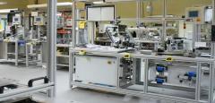 Linia montażowa wyposażona w zabezpieczenie startu dwuręcznego z oprzyrządowaniem. Stanowisko zbudowane w oparciu o system profili aluminiowych Bosch Rexroth.