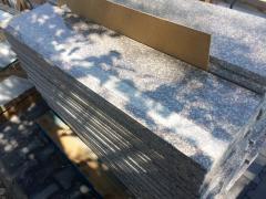 Schody granitowe z paskiem antypoślizgowym