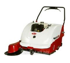 Zamiatarka elektryczna prowadzona przez operatora  z szer. zamiatania 950mm o wydajności 3800 m²/h.