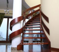 Schody gięte z drewna egzotycznego gatunek merbau, konstrukcja ażurowa czyli bez podstopni, z galerią.