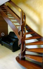 Schody gięte dębowe z drewna dębowego barwionego, poręcz i galeria w postaci dwóch poziomych wstąg.