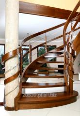 Schody gięte dębowe w konstrukcji wangowej / ażurowej z poręczami po obu stronach schodów, galeria to wstęgi drewniane i relingi z polerowanej stali szlachetnej.